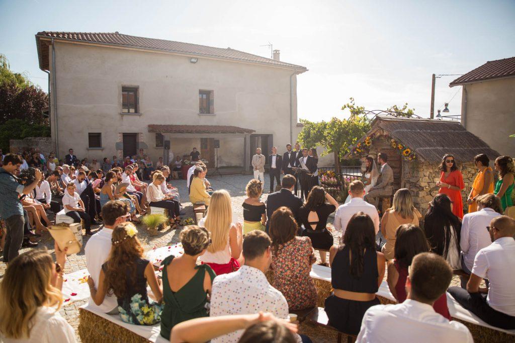photographe-mariage-genilac-lyon-lifestyle-aurore-ceysson-ceremonie-laique-la-cours-du-domaine-Mornand-en-Forezaine-
